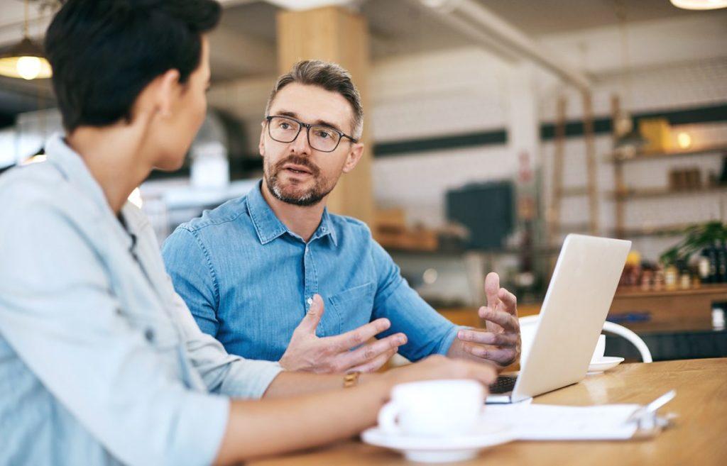 assesor-de-investimentos-dando-consultoria-exclusiva-e-personalizada